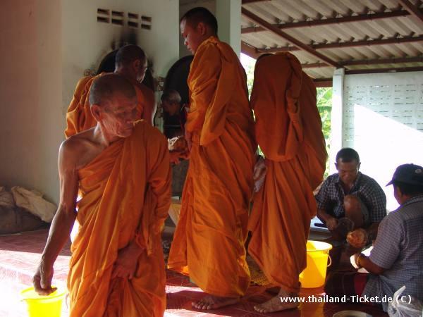 Foto: Buddhistische Thai Mönche beim Gebet